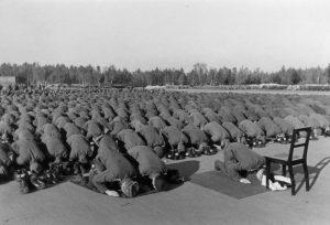 Neuhammer, Nov. 43 Bosnische Freiwillige in der Waffen-SS Bei der Gebetsübung. Prop- Kp.: SS-PK Film-Nr.: 52/43 Bildberichter: Falkowski