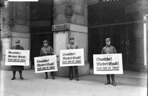 Nationalsozialistische Boykott-Posten vor dem Warenhaus Israel in Berlin.