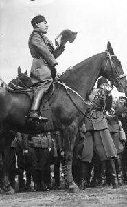 Bundesarchiv_Bild_102-08300,_Benito_Mussolini_bei_einer_Ansprache