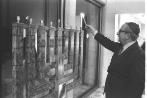 Flickr_-_Government_Press_Office_(GPO)_-_President_Yitzhak_Navon_lighting_the_first_Hanuka_candle